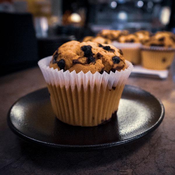 Beck - nybakade muffins på ett café på södermalm